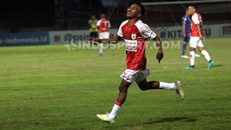 Gelandang serang Persipura Jayapura, Todd Rivaldo Ferre, merayakan gol ketiga ke gawang PSIS Semarang. Copyright: © Ronald Seger Prabowo/INDOSPORT