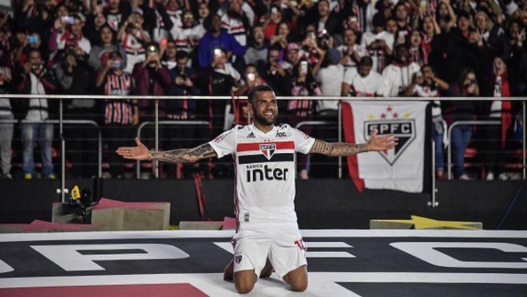 Kapten Timnas Brasil, Dani Alves menyatakan sempat mendapat tawaran untuk kembali ke Barcelona atau Juventus di bursa transfer musim panas lalu. Copyright: © NELSON ALMEIDA/AFP/Getty Images