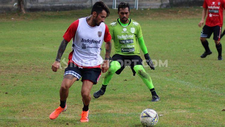 Kiper Bali United, Samuel Reimas, mengamati pergerakan Stefano Lilipaly. Copyright: © Nofik Lukman Hakim/INDOSPORT