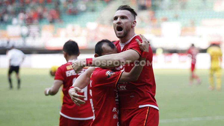 Marko Simic merayakan gol bersama Riko Simanjuntak di Stadion Patriot. Copyright: © Herry Ibrahim/INDOSPORT