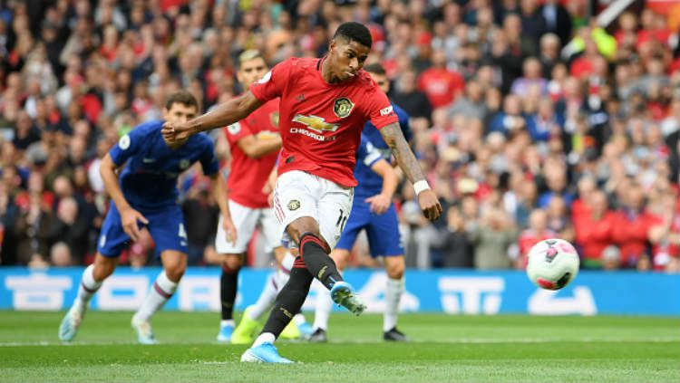 Marcus Rashford mengeksekusi penalti di laga Manchester United vs Chelsea. Copyright: © Michael Regan/Getty Images