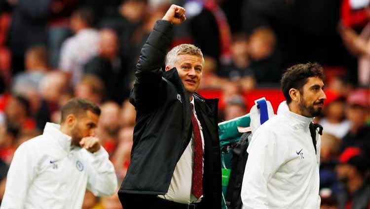 Pelatih Manchester United, Ole Gunnar Solskjaer, ucapkan terima kasih kepada suporter di tribun. Copyright: © premierleague