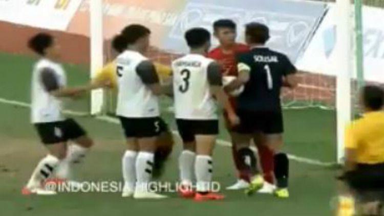 Aksi Tak Terpuji Kiper Laos yang Membuat Geram pendukung Timnas Indonesia U-18. Copyright: © https://www.instagram.com/indonesia.highlightid/