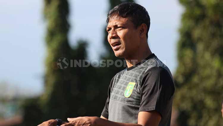 Bejo Sugiantoro memimpin latihan Persebaya di Lapangan Polda Jatim, Senin (12/8/19). Copyright: © Fitra Herdian/INDOSPORT