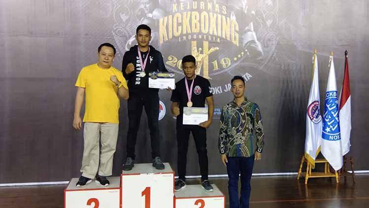 Kick Boxer asal Sumut, Bonatua Lumban Tungkup (tengah), saat foto bersama usai pengalungan medali di Kejurnas KBI beberapa waktu lalu Copyright: © Istimewa
