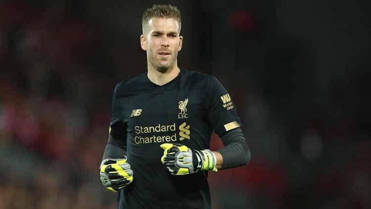 Kiper Liverpool, Adrian, membuat murka fans Chelsea karena dianggap melakukan penyelamatan ilegal di babak adu penalti Piala Super Eropa 2019. Copyright: © eurosport.com