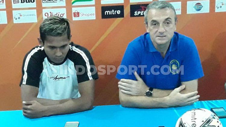 Arema FC diwakili Hendro Siswanto dan Milomir Seslija dalam konferensi pers pralaga lawan Persebaya. Copyright: © Ian Setiawan/INDOSPORT
