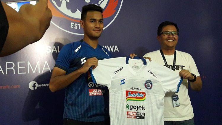 Gelandang Arema FC, Muhammad Rafli, memperkenalkan jersey baru. Foto: Ian Setiawan/INDOSPORT Copyright: © Ian Setiawan/INDOSPORT