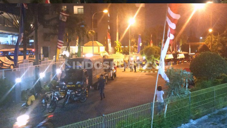 Kendaraan rantis dari kepolisian sudah siap mengawal keberangkatan Persebaya ke Malang, Rabu (14/08/19). Copyright: © Fitra Herdian/INDOSPORT