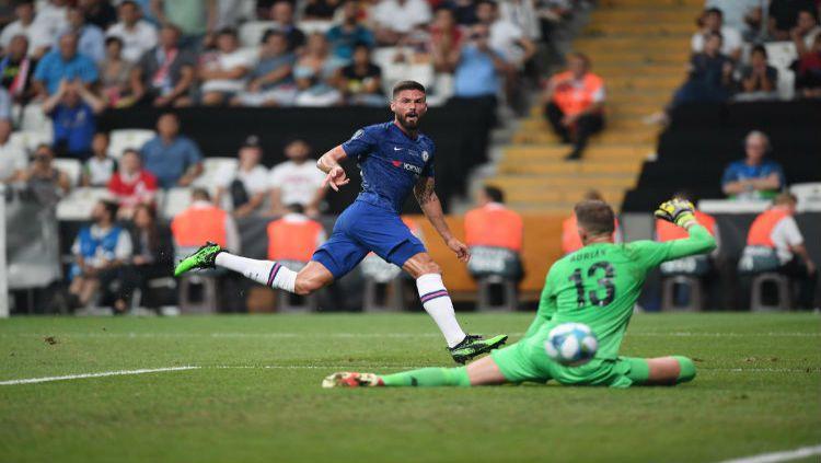 Olivier Giroud berhasil mencetak gol ke gawang Liverpool yang dijaga Adrian Copyright: © Twitter @Chelsea FC