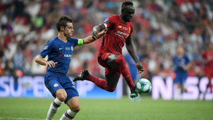 Sadio Mane saat mengamankan bola dari pemain Chelsea di ajang Piala Super Eropa 2019 Copyright: © twitter.com/LFC
