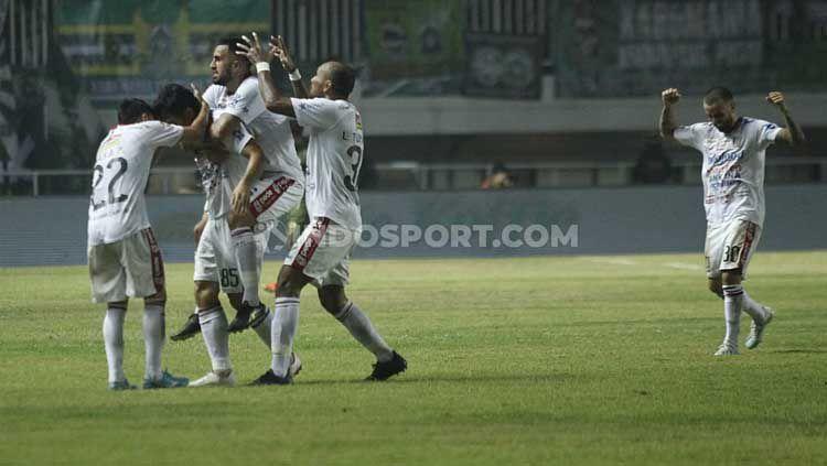 Para pemain Bali United merayakan gol kedua Stefano Lilipaly dalam laga Liga 1, Kamis (15/7/19). Copyright: © Herry Ibrahim/INDOSPORT