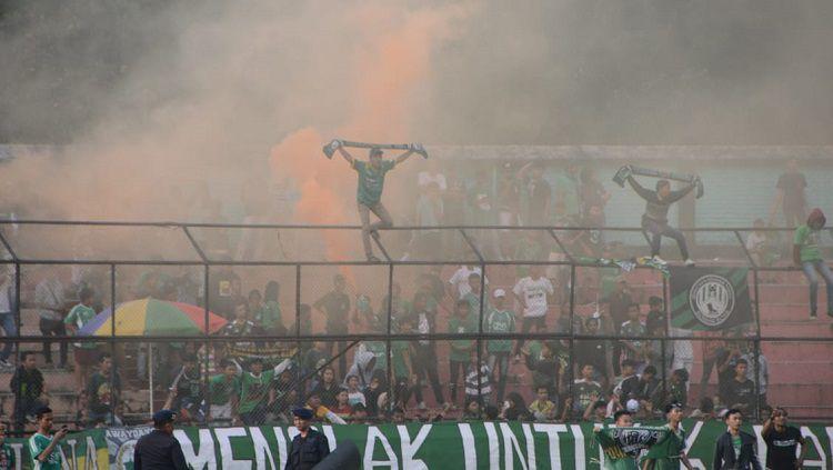 Aksi 'smoke bomb' yang terjadi saat laga tuan rumah PSMS lawan Sriwijaya di sisi tribun utara Stadion Teladan, Medan. Copyright: © Aldi Aulia Anwar/INDOSPORT