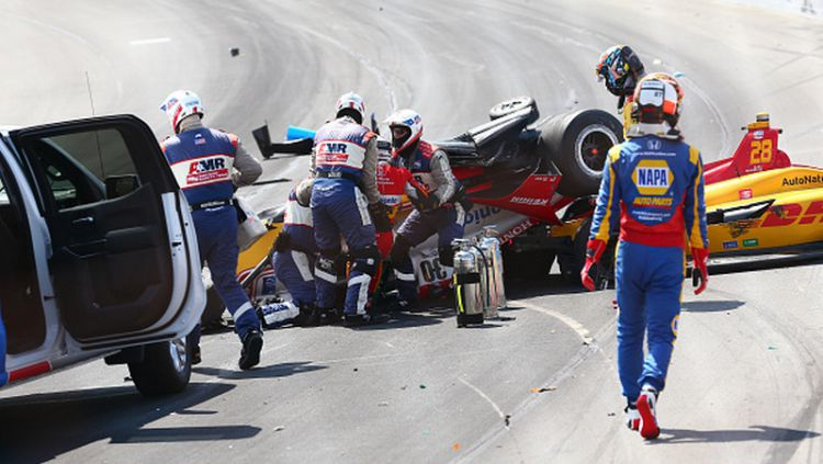 Takuma Sato (merah dibopong) mengalami kecelakaan fatal di IndyCar Series Copyright: © Rich Graessle/Icon Sportswire via Getty Images