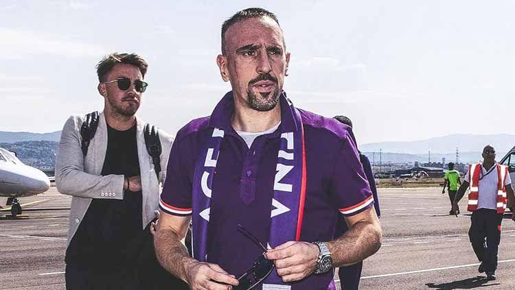 Frank Ribery mendarat di bandara Peretola. Copyright: © acffiorentina