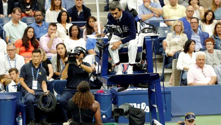 Serena Williams ketika komplain kepada Carlos Ramos di final AS Terbuka 2018. Copyright: © Mohammed Elshamy/Anadolu Agency/Getty Images