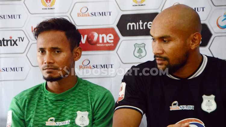 Dua pemain baru, Eli Nasoka (kiri) dan Alfonsius Kevlan (kanan), saat secara resmi diperkenalkan PSMS Medan, Jumat (23/08/2019) Copyright: © Aldi Aulia Anwar/INDOSPORT