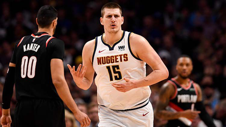 Tak gentar hadapi triple double Nikola Jokic, Phoenix Suns kalahkan Denver Nuggets di playoff NBA dan selangkah lagi ke final wilayah berkat keunggulan 3-0. Copyright: © AAron Ontiveroz/GettyImages