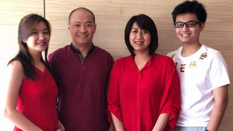 Hendrawan (dua dari kiri) bersama istrinya (dua dari kanan) dan kedua anak mereka. Copyright: © instagram.com/hendrawanbadminton