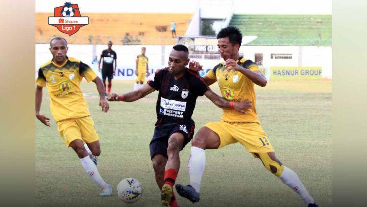 Indosport - Laga pertandingan Barito Putera vs Persipura Jayapura di Stadion Demang Lehman.