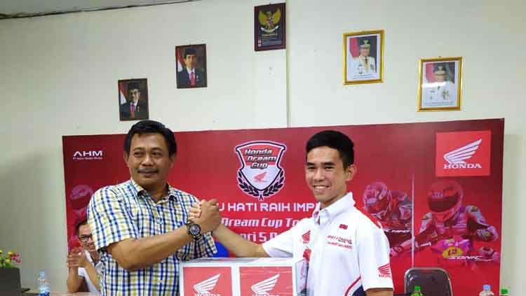 PT Astra Honda Motor bersama PT Capella Dinamik Nusantara Main Dealer Honda wilayah Riau Daratan menyelenggarakan Honda Dream Cup Tour 2019 di SMK Negeri 5 Pekanbaru, Sabtu (24/08/19) serta mengundang pembalap nasional berprestasi, Gerry Salim Copyright: © PT Astra Honda Motor