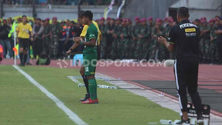 M Supriadi menjalani debut di Liga 1 2019 saat membela Persebaya vs Persija, Sabtu (24/08/19) lalu. Copyright: © Fitra Herdian/INDOSPORT