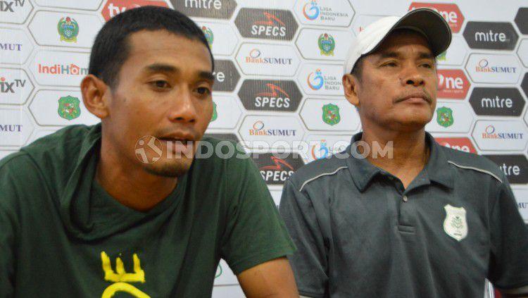 Pelatih PSMS Medan, Abdul Rahman Gurning (kanan), didampingi pemainnya Legimin Raharjo (kiri), dalam temu pers usai pertandingan Copyright: © Aldi Aulia Anwar/INDOSPORT