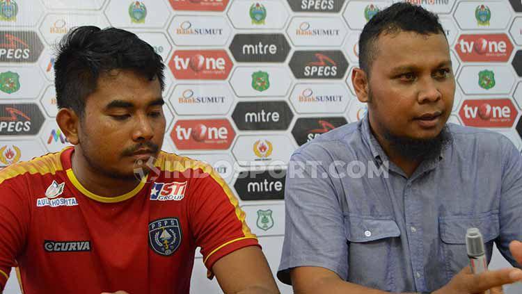 Pelatih PSPS Riau, Raja Faisal (kanan) dan pemainnya, Ismail Hanapi (kiri), saat temu pers usai pertandingan. Copyright: © Aldi Aulia Anwar/INDOSPORT