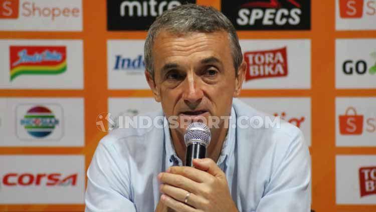 Milomir Seslija dalam jumpa pers usai laga Copyright: © Nofik Lukman Hakim/INDOSPORT