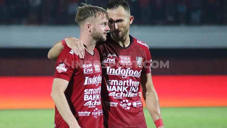 Indosport - Dua penyerang Bali United, Ilija Spasojevic (kanan) dan Melvin Platje (kiri) saat berbincang usai laga melawan Arema FC, Sabtu (24/08/2019). Foto : Nofik Lukman Hakim