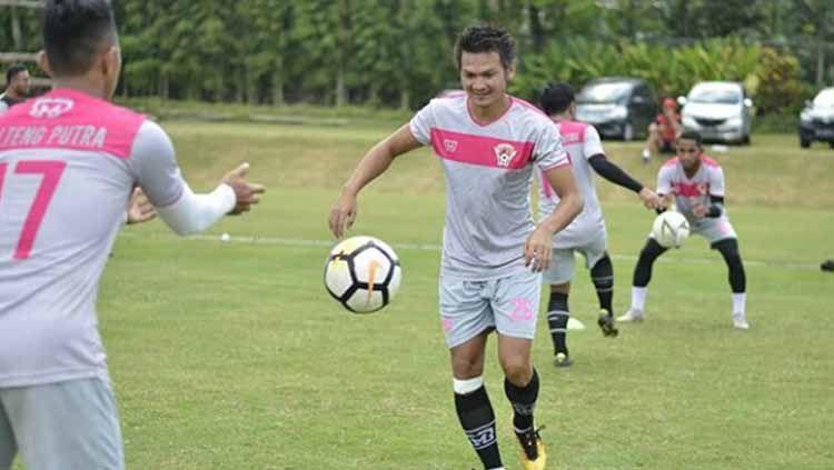 Bek Kalteng Putra Bobby Satria resmi gabung Sriwijaya FC. Copyright: © Instagram Bobby Satria