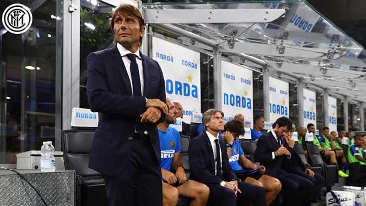 Pelatih Inter Milan, Antonio Conte, sempat harap-harap cemas usai anak asuhnya ditahan imbang Parma di pekan ke-9 Serie A Italia 2019-2020. Copyright: © Twitter/@Inter_en
