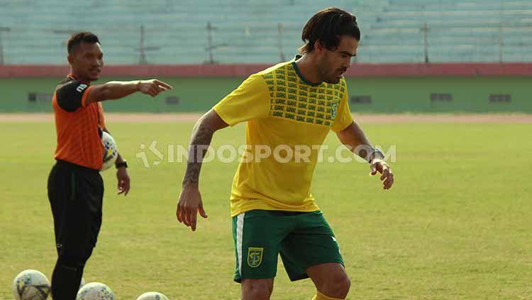 Pemain asing Persebaya, Aryn Williams, memilih pulang kampung selama Liga 1 diliburkan. Copyright: © Fitra Herdian/INDOSPORT