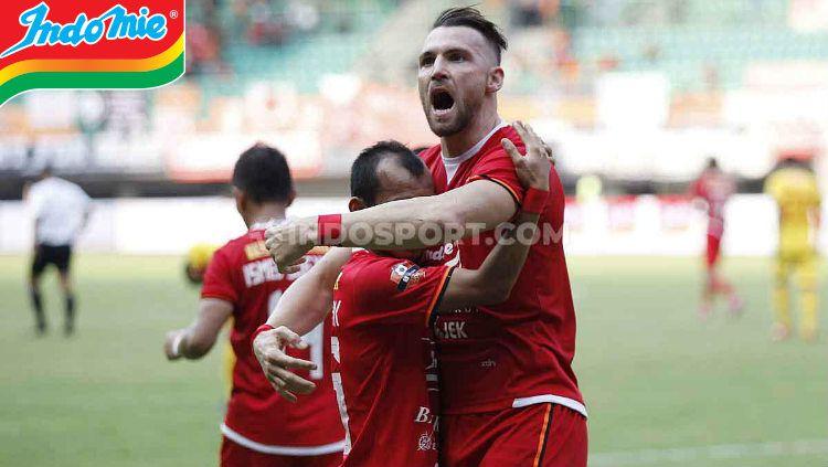 Marko Simic selebrasi dengan para pemain Persija Jakarta. Copyright: © Herry Ibrahim/INDOSPORT