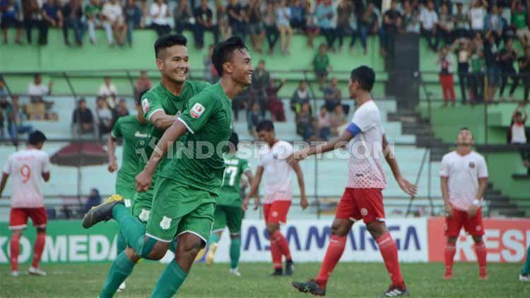 Pemain muda PSMS Medan, Bayu Tri Sanjaya (lari depan), lakukan selebrasi usai cetak gol. Copyright: © Aldi Aulia Anwar/INDOSPORT