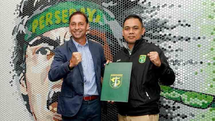 Wolfgang Pikal bersama manajer Persebaya Candra Wahyudi usai menandatangani kontrak sebagai asisten pelatih Persebaya. Copyright: © persebaya.id