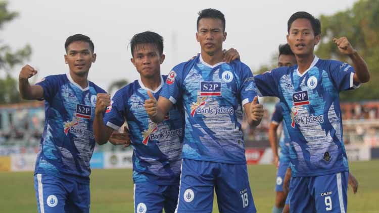 Penyerang PSCS Cilacap, Tinton Suharto berselebrasi usai mencetak gol ke gawang Aceh Babel United di Stadion Wijayakusuma, Cilacap, Selasa (03/09/19). Copyright: © Media PSCS