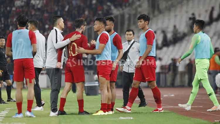 Para pemain Timnas Indonesia tertunduk lesu usai kalah dari Malaysia, Kamis (5/9/19). Copyright: © Herry Ibrahim/INDOSPORT