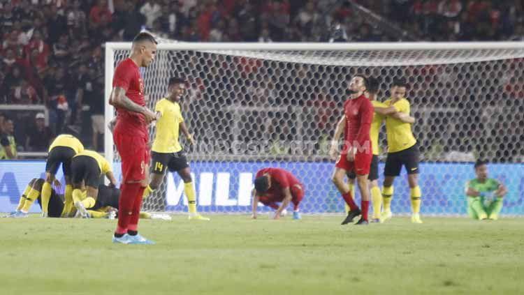 Para pemain Timnas Indonesia tertunduk lesu usai kalah dari Malaysia, Kamis (05/09/2019). Copyright: © Herry Ibrahim/INDOSPORT