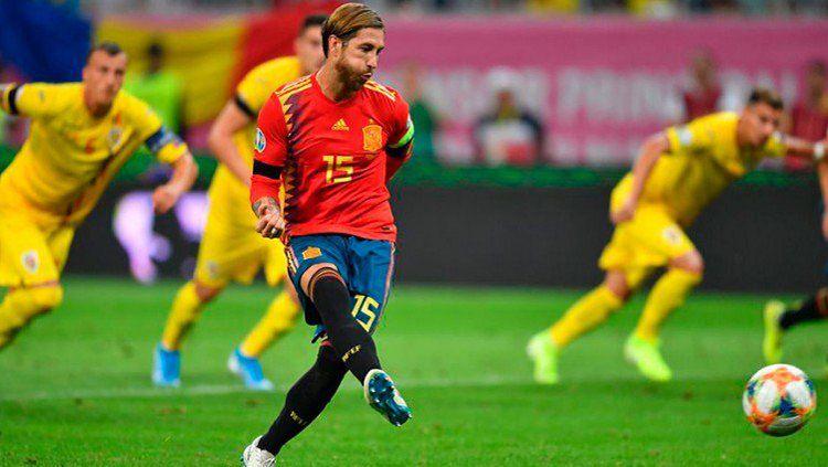 Bek Spanyol, Sergio Ramos, mengeksekusi penalti ke gawang Rumania dalam laga kualifikasi Piala Eropa 2020, Jumat (06/09/19). Copyright: © @SeFutbol
