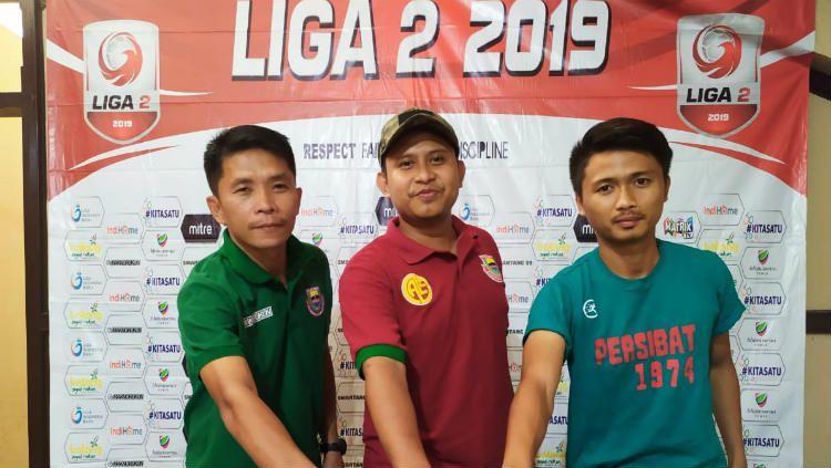 Pelatih Persibat Batang Bona Simanjuntak bersama Sandi Septian saat menghadiri sesi konferensi pers sebelum laga melawan Blitar Bandung United Copyright: © Media Persibat