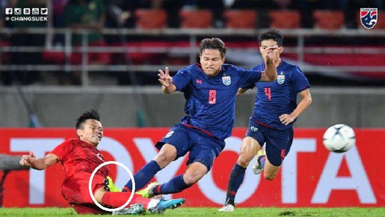 Pelanggaran keras gelandang Timnas Thailand, Thitipan Puangchan, terhadap pemain Vietnam. Copyright: © Twitter/@changsuek