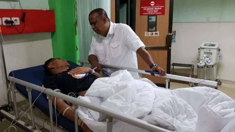 Kiper PSMS Medan, M. Choirun Nasirin saat dijenguk Manajer PSMS, Mulyadi Simatupang. Copyright: © Istimewa