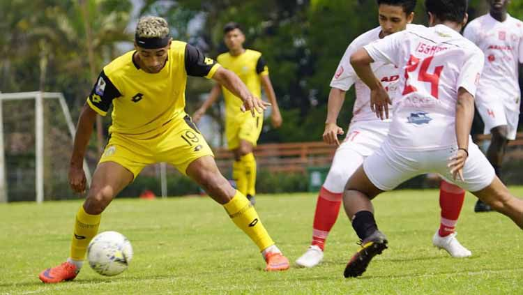 Bruno Matos dan para pemain Bhayangkara FC lainnya digembleng latihan dua kali sehari oleh pelatih Paul Munster. Copyright: © bhayangkarafc Verified