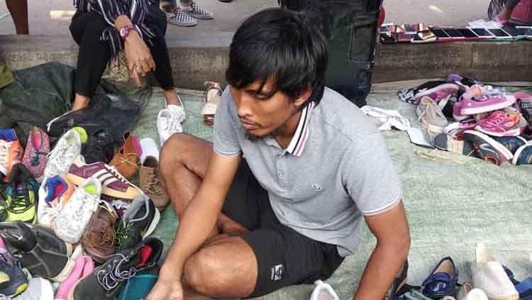 Legenda Timnas Indonesia, Budi sudarsono tertangkap kamera berjualan sepatu di Batam. Copyright: © @NimalMaula24
