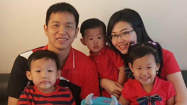 Hendra Setiawan bersama istri dan anak-anak mereka. Copyright: © Instagram @sansan_san