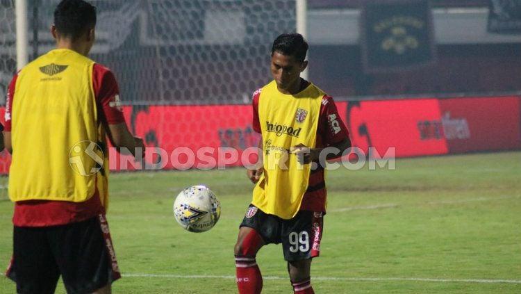 Bek Bali United, Anan Lestaluhu masuk dalam daftar pemain yang Sukses Raih Dua Trofi Liga 1. Copyright: © Nofik Lukman Hakim/INDOSPORT