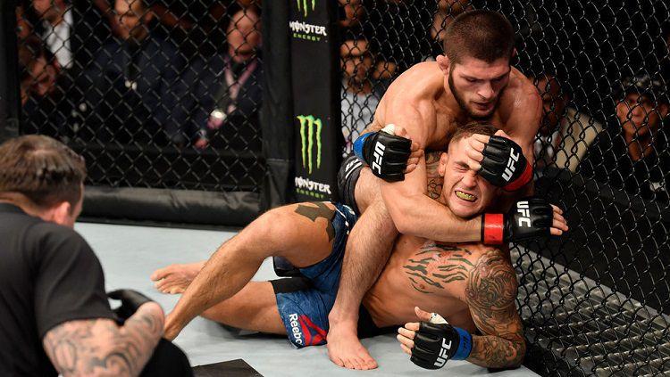 Khabib Nurmagomedov sukses mengalahkan Dustin Poirier dalam duel unifikasi gelar juara kelas ringan di ajang UFC 242, Minggu (08/09/19) dini hari WIB. Copyright: © rt.com