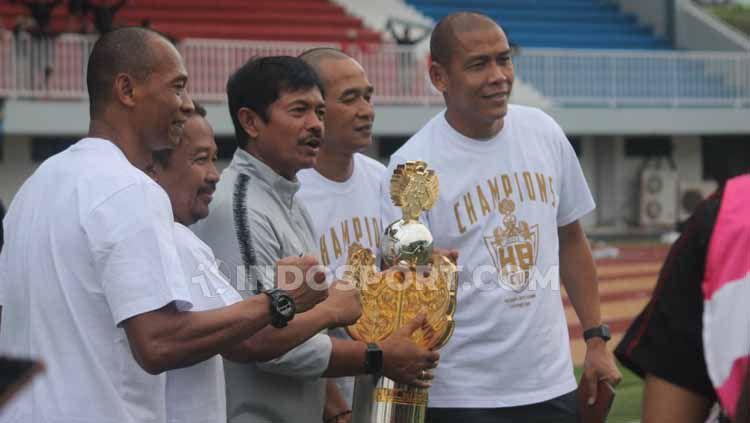 Pelatih Timnas Indonesia U-22, Indra Sjafri mengangkat trofi Trofeo HB X di Stadion Mandala Krida, Yogyakarta, Minggu (08/09/19). Copyright: © Ronald Seger Prabowo/INDOSPORT