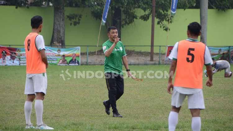 Jafri Sastra saat memimpin latihan perdana bersama PSMS Medan, di Stadion Kebun Bunga. Copyright: © Aldi Aulia Anwar/INDOSPORT